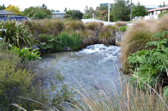 Clearbrook Motel Wanaka:                                     More pic of the brook