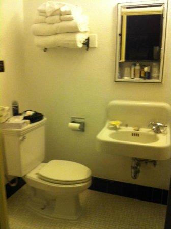 ذا هيستوريك هوتل كونجرس:                   See how conveniently your kness fit under the sink                 