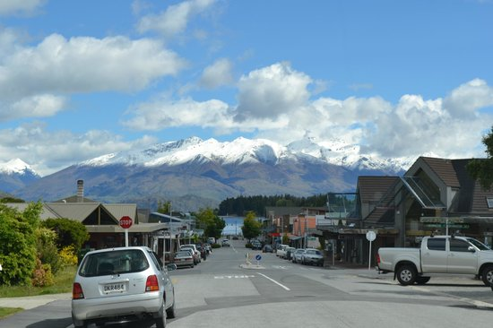 Clearbrook Motel Wanaka :                                     The lovely lake was just a couple of mins' drive down the ro