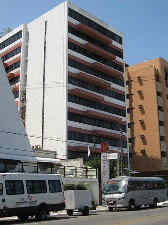 Pajucara Praia Hotel:                                     The hotel building
