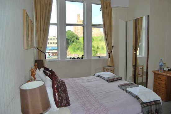 Castle View Guesthouse:                   la mia camera con vista castello