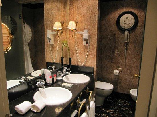 Gran Melia Fenix:                   Baño