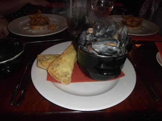 Benedicts of Belfast: mussels and garlic bread