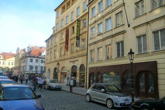 Hotel Melantrich:                   Fachada e rua