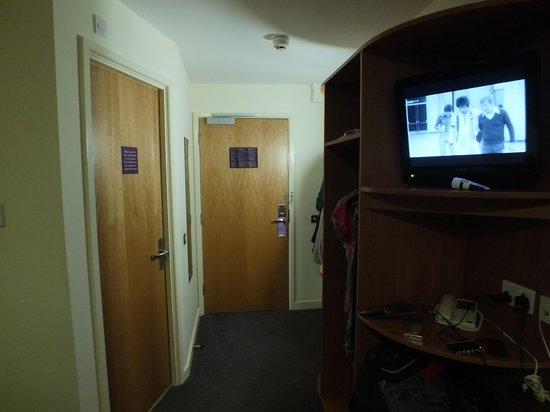 Premier Inn Bournemouth Westcliff Hotel:                   Wardrobe stand, bathroom door and door to corridor