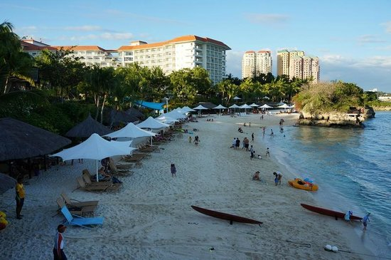 Shangri-La's Mactan Resort & Spa: View of beach from cowrie cove