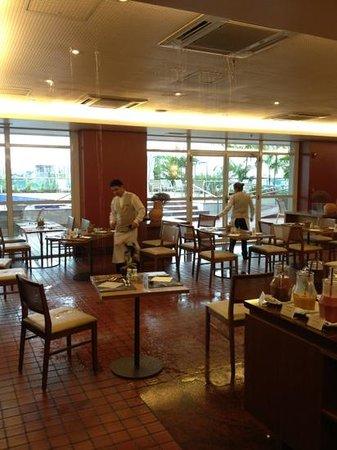 Caesar Business Manaus:                   cachoeira no teto do restaurante durante o café da manhã