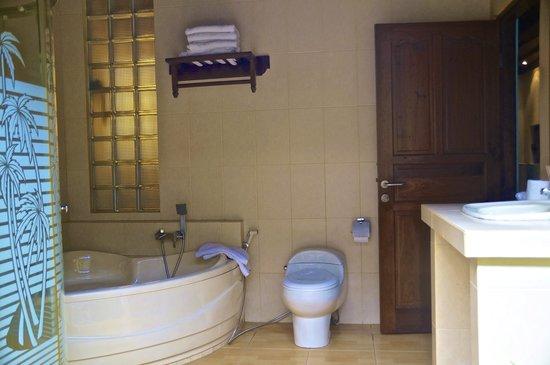 Aahh Bali Bed & Breakfast: Room A Bathroom