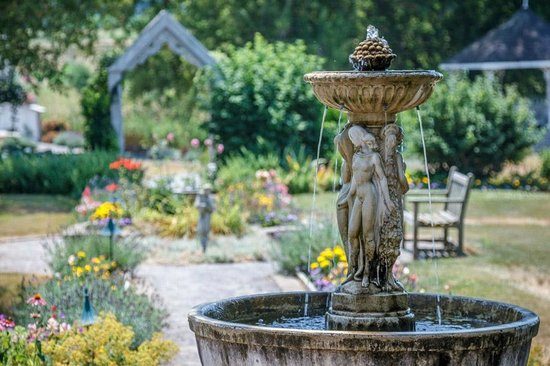 Waring House: The fountain in the Gardens