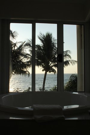 Mount Lavinia Hotel:                   The circular bath plus view