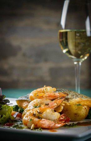 Waring House Restaurant & Inn: Seasonal seafood at Amelia's Garden