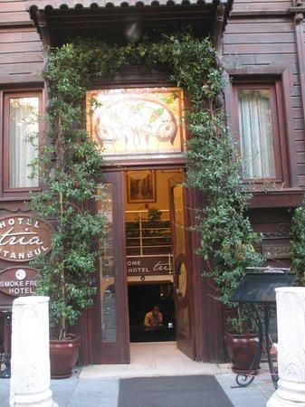Tria Hotel Istanbul:                   Вход в отель