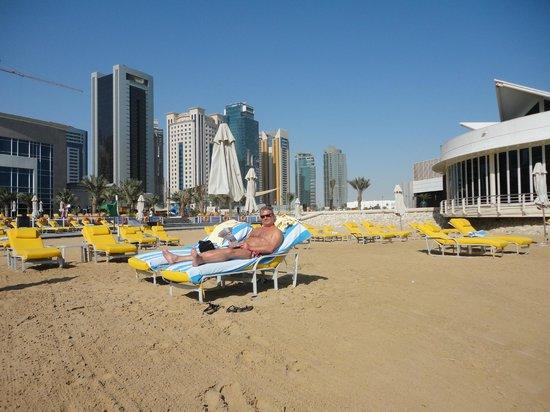 هيلتون الدوحة: comfotable beach chairs