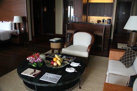 Shangri-La's Boracay Resort & Spa: Suite living room
