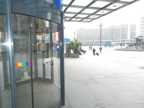Park Inn by Radisson Berlin Alexanderplatz:                   otel girişi