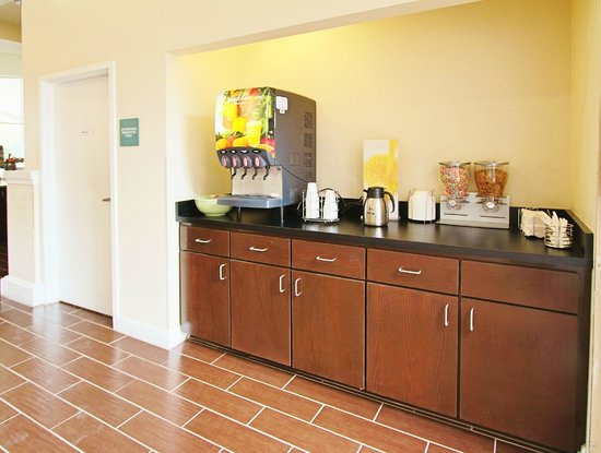 Quality Inn Conference Center Citrus Hills: Breakfast juice and cereal bar