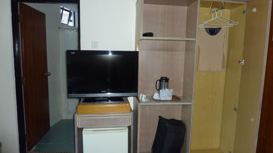 Hotel Rainbow: TV, water heater and glasses