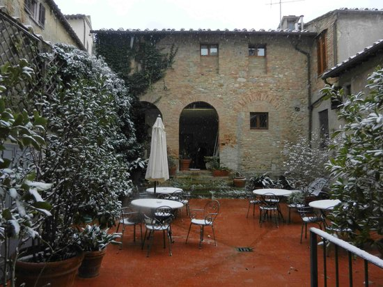 Hotel L'Antico Pozzo:                   il cortile con la spruzzata di neve