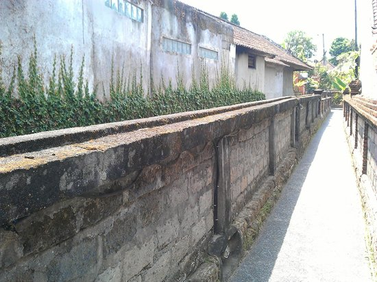 Jati Home Stay:                   The alley leading to Jati Homestay from Hanoman Street