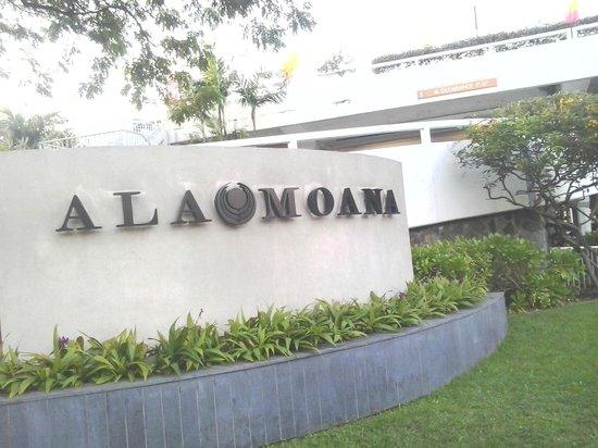โรงแรมอลาโมอาน่า:                   Ala Moana Entrance