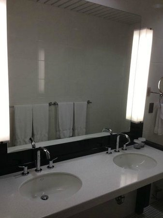 Washington Square Hotel: Immaculate Bathroom, also Huge!