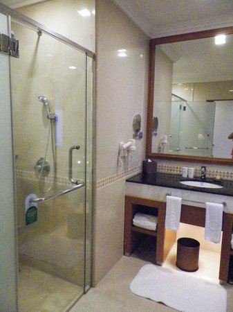 The Royale Chulan Kuala Lumpur: bathroom with shower and separate bathtube