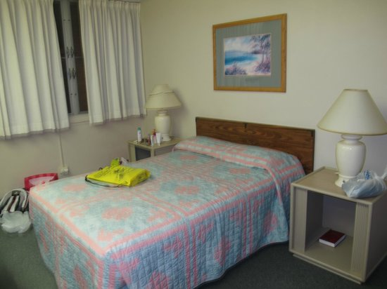 Pagoda Hotel:                   bedroom 1