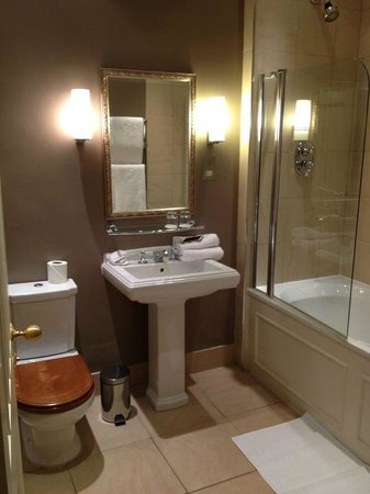 Mar Hall Golf & Spa Resort:                   Bathroom Room 25