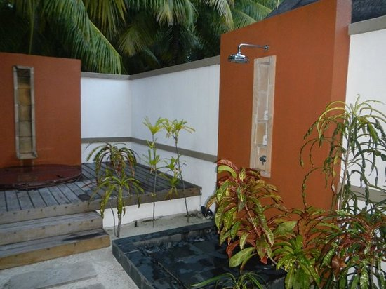 Angsana Velavaru:                   Our outdoor shower and jacuzzi.