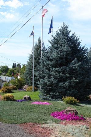 Best Western Prineville Inn: Flag area