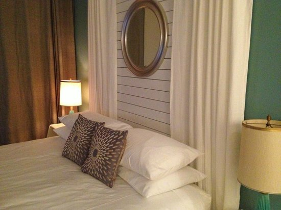 Woods Hole Inn:                   Vintage Room