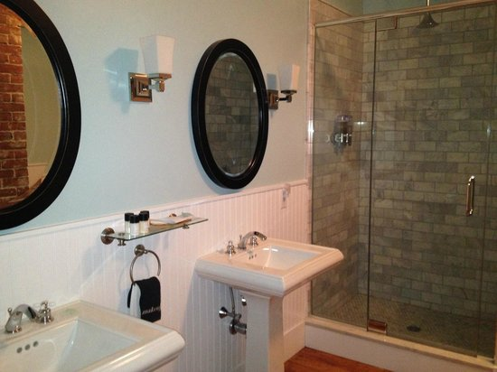 Woods Hole Inn:                   Bathroom