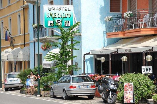 Hotel Smeraldo:                   Красные балконы и синее здание - это отель
