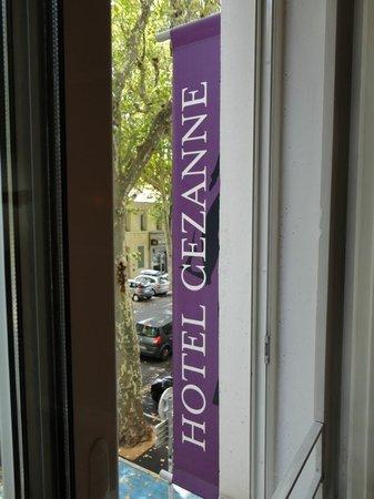 Hôtel Cezanne:                   Janela do Quarto .Acomodações charmosas e confortáveis!
