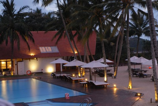 The Surf Hotel:                   Pool am Abend