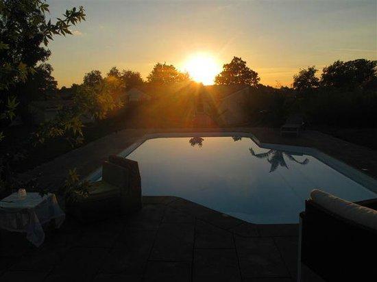 Le Temps des Hôtes : Couché de soleil sur la piscine