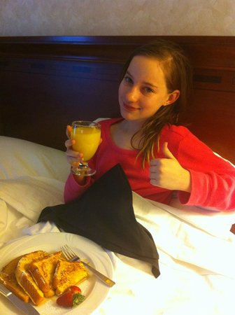 Hilton Woodland Hills/Los Angeles: Breakfast in bed!