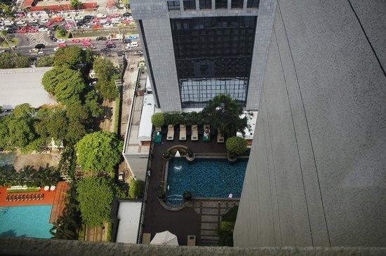 Banyan Tree Bangkok:                   Вид из номера на бассейн отеля, 30 этаж