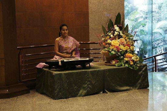 Banyan Tree Bangkok:                   холл отеля, вечерняя музыкальная программа