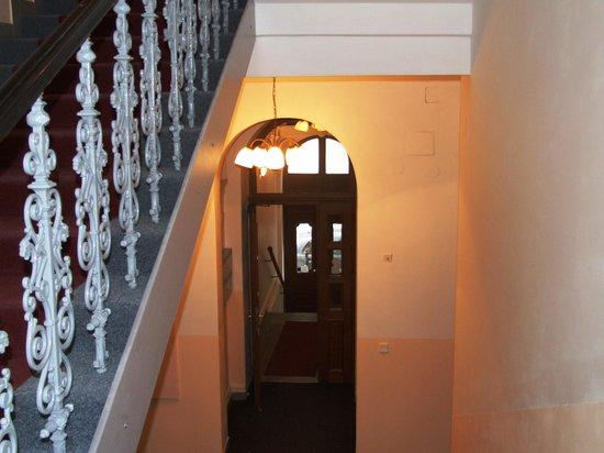HOLIDAY HOME - Hotel, Pension:                   Вход в отель