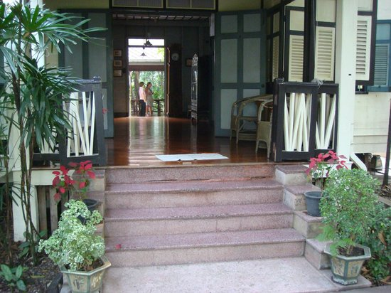 the entrance is to the right of this door バンコク bangkok folk