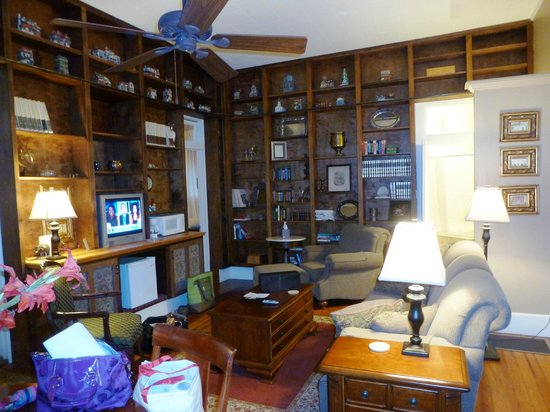 Violet Hill Bed and Breakfast: Prince Haithcoat Suite living area
