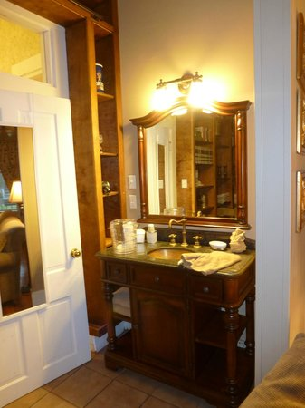 Violet Hill Bed and Breakfast: Prince Haithcoat Suite vanity