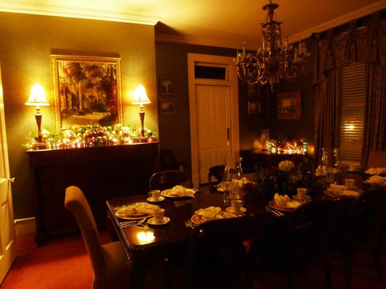 Violet Hill Bed and Breakfast: Diningroom decked out for Mardi Gras