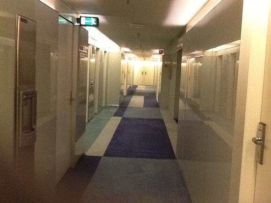 Radisson Blu Royal Hotel Copenhagen:                   view of the corridor