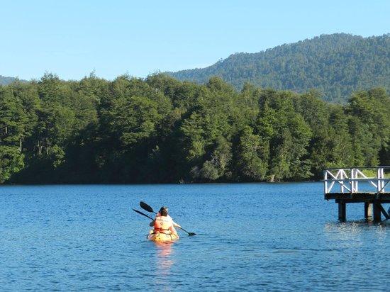 Lodge Bosque Encantado: Lago Pirihueico en Puerto Fuy (a 3 kilometros de Neltume)