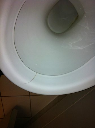 Holiday Inn London-Shepperton:                   Broken toilet