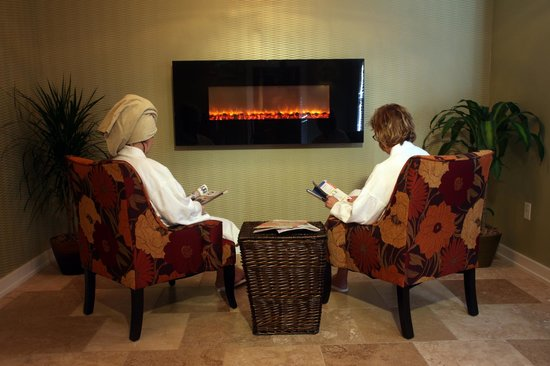 The Spa at The Lakehouse Inn: Relax by the fireplace in the reception area