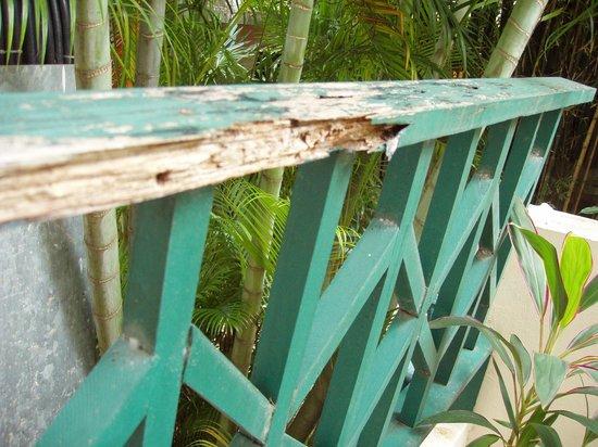 Chaba Cabana Beach Resort:                   upstairs hallway banister