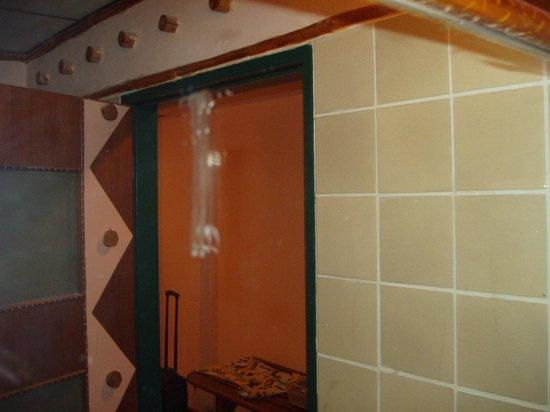 Chaba Cabana Beach Resort:                   bathroom mirror
